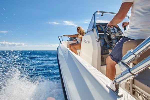 mandos y proa de embarcación Quicksilver 505 open