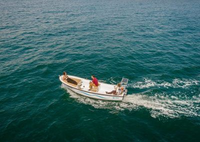 Pescando desde el bote eléctrico
